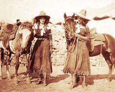 OLD WEST COWGIRLS VINTAGE PHOTO BUFFALO BILLS WILD WEST SHOW 1912