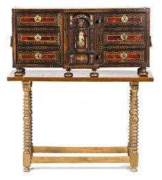 Arquilla española en nogal y carey con fileteados en boj y aplicaciones en bronce dorado, de finales del siglo XVII-principios del siglo XVIII
