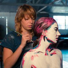 Artista transforma pessoas em pinturas. LINK: http://www.zupi.com.br/artista-transforma-pessoas-em-pinturas/