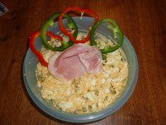 Uvařené vajíčka rozkrojíme a žloutky rozmícháme se změklým máslem a hořčicí. Pak přidáme nadrobno nakrájenou cibuli, kyselou okurku, promícháme,...