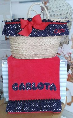 Capazo y Toaalla de Playa Personalizados para Carlota !!! http://www.bordadosloymar.es/capazos-de-playa_ca12341