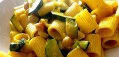 Mezze maniche zucchine ceci e zafferano
