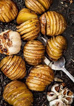 Batatas laminadas com alho assados ao forno com azeite de oliva