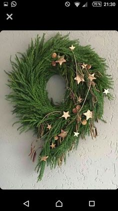 Cute Winter Wreath Decoration Ideas To Compliment Your Door - When most of us think of front door wreaths we think circle, evergreen and Christmas. Wreaths come in all types of materials and shapes. Noel Christmas, Outdoor Christmas, Rustic Christmas, Christmas Projects, Winter Christmas, Navidad Diy, 242, Deco Floral, Diy Weihnachten