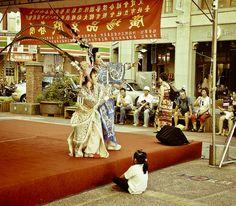 迪化街很歌仔戲的下午  觀眾席最VIP的位置 by imDannny, via Flickr