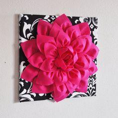 TROIS de fleurs fleurs de Dahlia rose chaud sur noir par bedbuggs