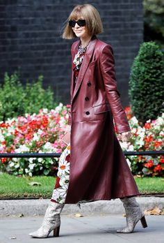 Anna Wintour in rood leren mantel Fasion, Fashion Outfits, Womens Fashion, Fashion Weeks, Fashion Clothes, Fashion Accessories, Fall Fashion Trends, Autumn Fashion, London Fashion