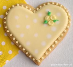 Yellow heart with rosettes decorated sugar cookie for Easter / Spring - Galletas decoradas de corazon.