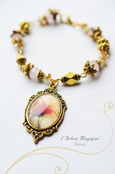 Bracelet style ancien, aux perles dorées, et de verre, cabochon Rose épanouie Tous mes bijoux sont emballés soigneusement...