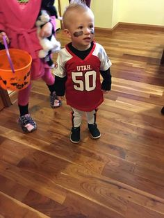 This football player kids Halloween costume is simply amazing! Check out the post for 100 creative costume ideas and awesome Halloween costume inspiration! Football Player Halloween Costume, Superhero Family Costumes, Last Minute Halloween Costumes, Halloween Kids, Up Baby Costumes, Dress Up Costumes, Costume Ideas, Baby Kostüm, Diy Baby