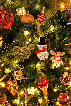 Snowmen and fairies on an old-fashioned Christmas tree Christmas Mood, Noel Christmas, Little Christmas, All Things Christmas, Christmas Lights, Vintage Christmas, Christmas Ornaments, Christmas Music, Summer Christmas