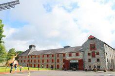Middle Town é uma cidade um pouco mais afastada de Cork, cerca de 30 minutos de ônibus. Fui com a intenção de conhecer a fábrica de um dos whiskies mais tradicionais da Irlanda. O Jameson Experience é um ótimo passeio mesmo para quem não gosta de beber, pois as construções já valem a visita.