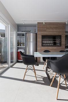 #espaçogourmet #eames #wood #espaço #gourmet #churrasqueira #barbecue #grill #glass #vidro #cadeira #porcelanato #deck #wallpaper #kitchen #cozinha #área #lampada #lamp #arquitetura #archtecture #portoalegre #decoração #design #projeto #janela #social #planejada #bancada #criativa #creative #budweiser #metal #tv #amadeirado #interior #interiores #modern #sobmedida #sob #medida #wine #vinho