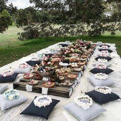 Que tal um picnic para comemorar uma despedida de solteira?! E as coroas de flores para as amigas esperando nas…