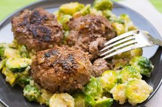 Deftige Low Carb Frikadellen auf Rahm Rosenkohl A super tasty, hearty and filling low carb dish. It also tastes good to those who don't like to eat cabbage. Meat Recipes, Low Carb Recipes, Healthy Recipes, Raw Vegetables, Albondigas, Low Carb Diet, Food And Drink, Nutrition, Meals