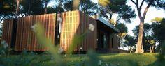 Proposer une maison à un prix abordable, qui emploie des matériaux de conception écologiques, et qui respecte les critères énergétique d'une maison passive est le projet abracadabrant qu'un cabinet...