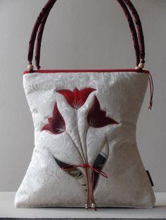 Törtfehér pamutbrokát nõi táska, egyedileg applikált tulipán motívumokkal
