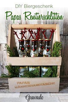 Papas Männerhandtasche wird zum Rentierschlitten! Mit diesem coolen Bier-Geschenk zu Weihnachten überrascht Ihr Euren Vater ganz bestimmt. Mit etwas Pfeifenreiniger, ein paar Wackelaugen und Filzkugeln und etwas Heißkleber ist dieses Geschenk super schnell gebastelt! Einfach Papas Lieblingsbier in unseren Flaschenträger stellen und nach belieben dekorieren. Ein tolles DIY Weihnachtsgeschenk für Eltern, als originelle Geschenkidee für Männer! DIY Weihnachtsgeschenke