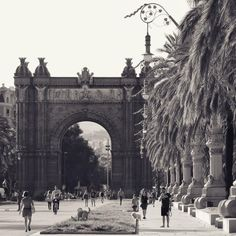 A typical afternoon by the Arc de Triomf of Barcelona, along the Passeig de Lluís Companys. Photo by Sam Zucker