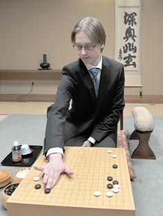 Antti Tormanen of Finland, a go professional, plays Jan. 20 at the Japan Go Association in Ichigaya, Tokyo.   YOSHIAKI MIURA