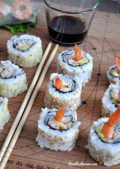 """Je suis une """"Maki Addict"""", j'en mange au moins 3 fois par semaines (si si c'est vrai)! Le plus souvent au restaurant japonais à côté de mon travail mais dès que le temps me le permet, je prépare mes petits makis et sushis moi même à la maison selon nos... Sushi Co, Sushi Party, Sushi Time, Tasty, Yummy Food, Exotic Food, Sashimi, Japanese Food, Asian Recipes"""