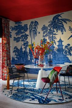 Browse the latest design trend that's all about bold, vibrant colours and motifs - Decorating Trend: China Girl - Chinoiserie for the modern home Magazine Deco, Chinoiserie Wallpaper, Deco Originale, Asian Decor, Modern Colors, Vibrant Colors, Home And Deco, Modern Interior Design, Modern Chinese Interior