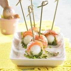 Prikkertje met zalm en kwartelei   Colruyt Tapas, Healthy And Unhealthy Food, Party Sandwiches, Good Food, Yummy Food, No Salt Recipes, Recipe Details, Appetisers, High Tea