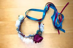 Flower crown DIY tutorial: make your own beautiful flower crowns, with tutorial and tips by an Etsy pro! Flower Crown Tutorial, Diy Flower Crown, Diy Crown, Gota Patti Jewellery, Princess Flower, Princess Party, Disney Princess, Mermaid Diy, Mermaid Crowns Diy