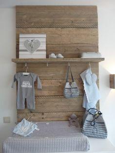Houten planken boven de commode: stoer maar ook ontzettend schattig! #kinderkamer   Wooden shelves above the dress #nursery