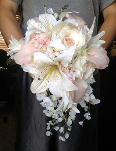 Ramo de novia en cascada con Blush rosa por blumarieboutique