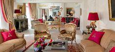 maior e mais caro quarto de hotel, com decoração no estilo clássico do século 18 e móveis autênticos da época? Assim é a suíte Royal, localizada no quinto andar do Plaza Athénéé. Por 26 mil dólares (em torno de 55 mil reais), os hóspedes têm acesso a quatro quartos, quatro banheiros, três salas de estar, uma sala de jantar para 12 pessoas e uma cozinha. / Este é o living de um dos quartos