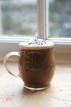Maca-coffee con: 1 tazza di latte vegetale, 1/2 tazzina di caffè ristretto, 1 cucchiaio di cacao in polvere, 1 cucchiaino di maca in polvere, miele o altro docificante a scelta. Basta scaldare leggermente il latte e frullare il tutto con un mixer a immersione.