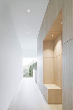 Image 12 of 23 from gallery of Haus B / Yonder – Architektur und Design. Photograph by Brigida González Flur Design, Hall Design, Corridor Design, Wardrobe Solutions, Modern Closet, Built In Storage, Simple House, Rustic Interiors, Contemporary Architecture