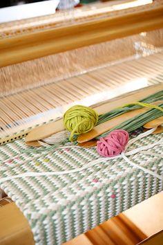 """Vinotoimikasmattoon saadaan pysty- ja vaakaraitoja helposti pelkästään kuteiden värijärjestystä vaihtamalla. Vaaleanpunaiset ja kirkkaanvihreät """"ruusunnuput"""" ovat pieniä kuteidenpätkiä, jotka on kierretty kuteiden ympärille sinne tänne. Ruusunnuppu (3446) Mallikerta nro  3/2013. Weaving Art, Loom Weaving, Hand Weaving, Floor Cloth, Floor Mats, Indian Silk Sarees, Tear, Woven Rug, Handicraft"""