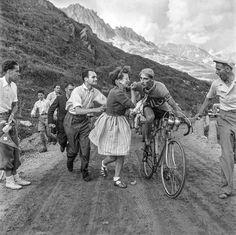 Ferdi Kübler (1919-2016) riceve l'abbraccio di una tifosa. L'immagine risale al biennio 1945-1946, quando il campione svizzero correva con le insegne del G.S. Cilo.