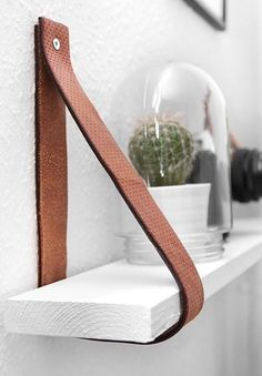 Diy Furniture : DIY Leather belt shelf by katarinanatalie.dk Diy Furniture DIY – Leather belt shelf by katarinanatalie.dk -Read More – Diy Leather Belt, Handmade Leather, Vintage Leather, Cheap Bookshelves, Creative Bookshelves, Cheap Shelves Diy, Diy Bookcases, Decorating Bookshelves, Diy Regal