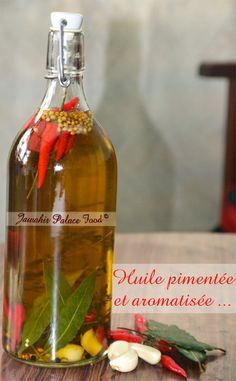 huile-pimentée-et-aromatisée Flavored Oils, Infused Oils, Home Remedies For Skin, Cuisine Diverse, Aromatic Herbs, Slimming World Recipes, Chutney, Hot Sauce, Coco