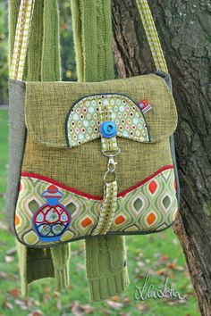 bag...clever idea for the clasp! (Will that help keep kiddos out of Mom's purse??)
