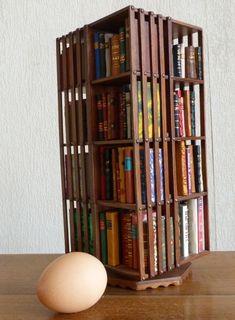 Mini-bibliothèque avec des minis-livres reliés à la main. L'oeuf est ici pour vous donner une idée de l'échelle !