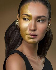 Folia deluxe! Que tal se inspirar na beauté criada pela equipe da @escolamadre para dar ainda mais graça aos naturalmente inquietos e curiosos geminianos? O make brinca com a duplicidade característica do símbolo do signo e dá textura e altivez ao trabalho. #promovogue #VogueZodiacocomNatura. Joias: @anarochaeappolinario criação de beleza: @simonebarcelos execução: @joportalupi cabelo: @camilairalamua Foto: @thaisvandanezi Maquiagem: Natura Aquarela @maquiagemnatura  via VOGUE BRASIL…