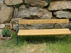 Eine Gartenbank als persönliches Geschenk. Ein garantierter Blickfang...