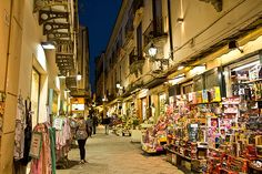 Image from http://holeinthedonut.com/wp-content/uploads/2014/07/Italy-Sorrento-Tourist-Street.jpg.