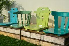 Een bankje van pallets en stoelen.