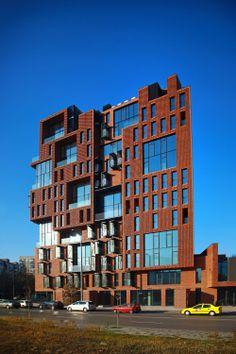 """Edificio de apartamentos Red Apple  / Aedes Studio. Aedes Studio establece la difícil tarea de diseñar un nuevo """"edificio antiguo"""", un edificio moderno con el pasado – un edificio que contiene los opuestos."""