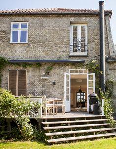 Boliggalleri: Sådan bevarer man charmen i en gammel murstensvilla Porch And Balcony, Gravity Home, Small Backyard Design, Dordogne, Outdoor Living, Outdoor Decor, Cozy House, House Colors, My Dream Home