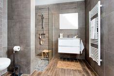 Badkamertrend: een badkamer met houtlook tegels.