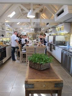 The Daylesford Cookery School, Vladimir Niza teaching a group of students. Cooking School, Cooking Classes, Cooking Tips, Restaurant Seating, Restaurant Design, Kitchen Organization, Organized Kitchen, Catering Display, Daylesford