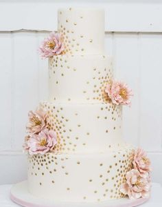 Gold Wedding Cakes This is the perfect cake! Hopefully we can get a carrot cake decorated this way! - 100 Wedding Cakes That WOW - Get wedding cake inspiration for every style and color possible here! Pretty Wedding Cakes, Elegant Wedding Cakes, Elegant Cakes, Wedding Cake Designs, Pretty Cakes, Beautiful Cakes, Wedding Simple, Trendy Wedding, Wedding Flowers