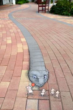 Chalk-Drawn Creatures by David Zinn Take Over Metropolis Streets Watch your step, there could be a cute monster underfoot! An American artist David Zinn has been busy with respiration life into boring metropolis's s. Street Art Banksy, Murals Street Art, 3d Street Art, Amazing Street Art, Art Mural, Street Artists, Graffiti Artists, David Zinn, Arte Banksy