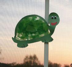 sun catcher turtle on window Kindergarten Crafts, Daycare Crafts, Classroom Crafts, Preschool Crafts, Crafts For Kids, Pond Crafts, Summer Camp Themes, Pond Animals, Turtle Crafts